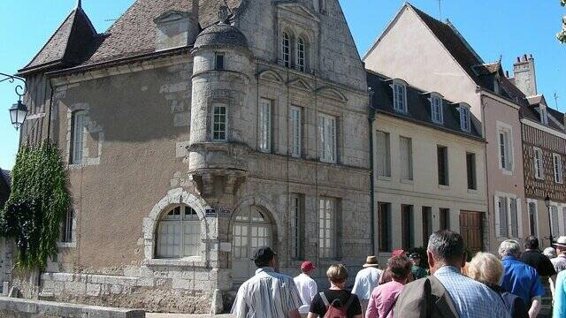 A group of tourists in front of a Renaissance house in Châteaudun