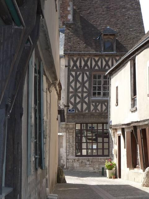 La rue Saint-Lubin et la maison Louis Esnault avec ses pans de bois