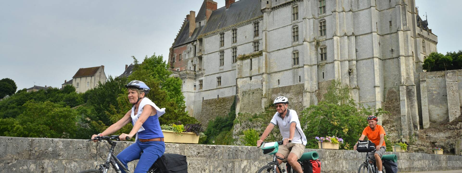 Cyclists in front of the château